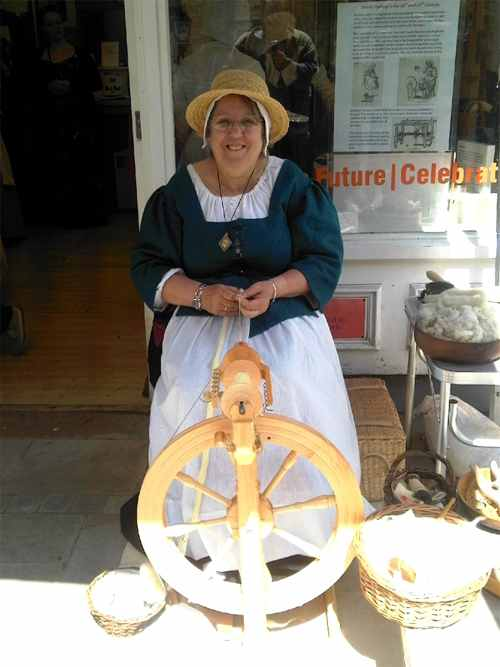 rosemary_elizabethan_spinning_wool_2